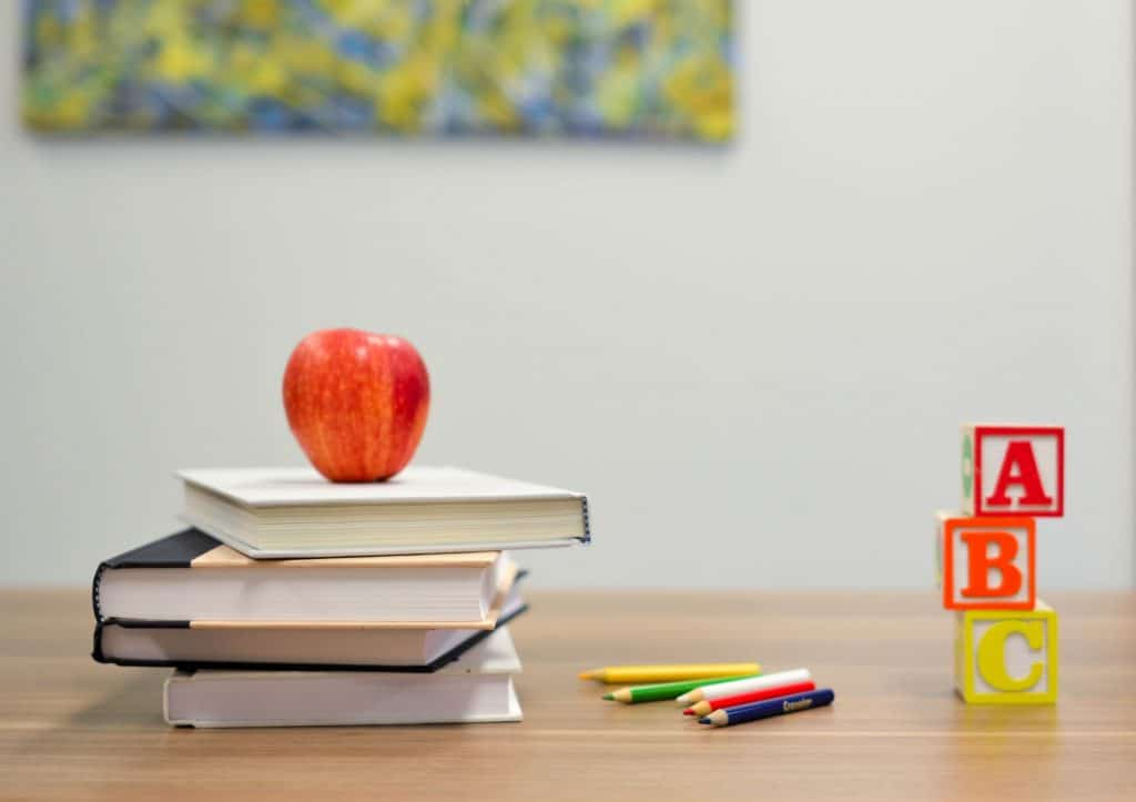 Schultisch mit Apfel.